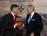 Der Landeshauptmann überreicht ein Geschenk des Landes Kärnten