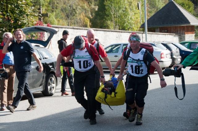 Laufen mit in Biwaksacksackschleife geborgener Person