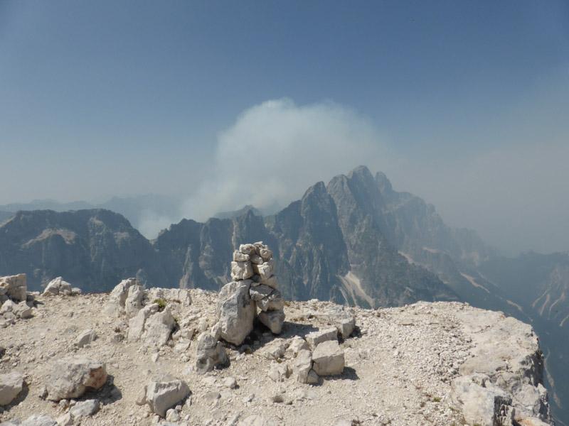 Der Wind verbläst den Rauch (Montasio, gesehen vom Wischberg, Julische Alpen, 6. 8. 2013)